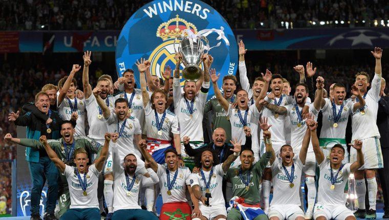 Sergio Ramos levanta la décimo tercera copa de Europa del Real Madrid, luego de imponerse al Liverpool. (Foto Prensa Libre: AFP)