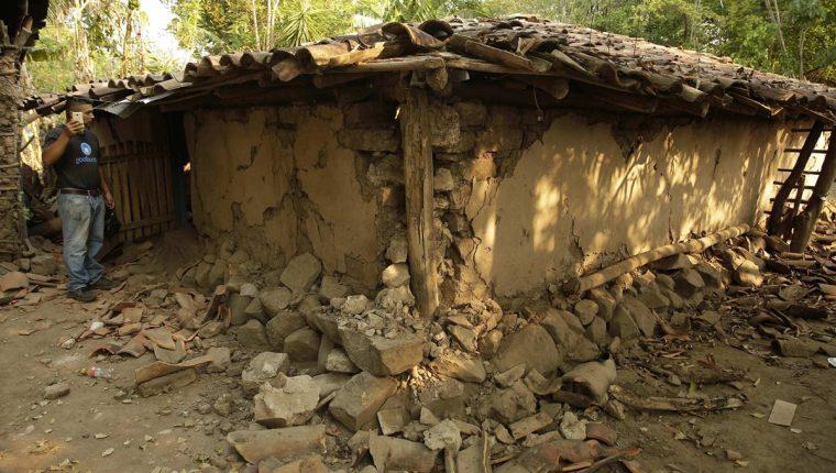 Un salvadoreño permanece junto a los escombros de su vivienda dañada por la serie de sismos en Chirilagua, El Salvador. (Foto Prensa Libre:EFE).