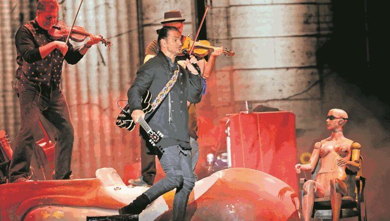 En su paso por España, Ricardo Arjona recibió una guitarra como regalo por parte del español Alejandro Sanz. (Foto Prensa Libre: Hemeroteca PL)