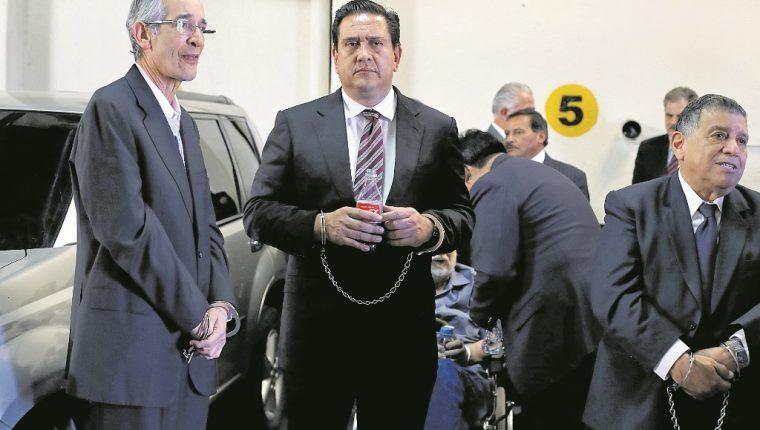 El expresidente Álvaro Colom y su ex secretario privado Gustavo Alejos, en una audiencia del casoTransurbano – un fraude al Estado, Etapa I-. (Foto Prensa Libre: Hemeroteca PL)