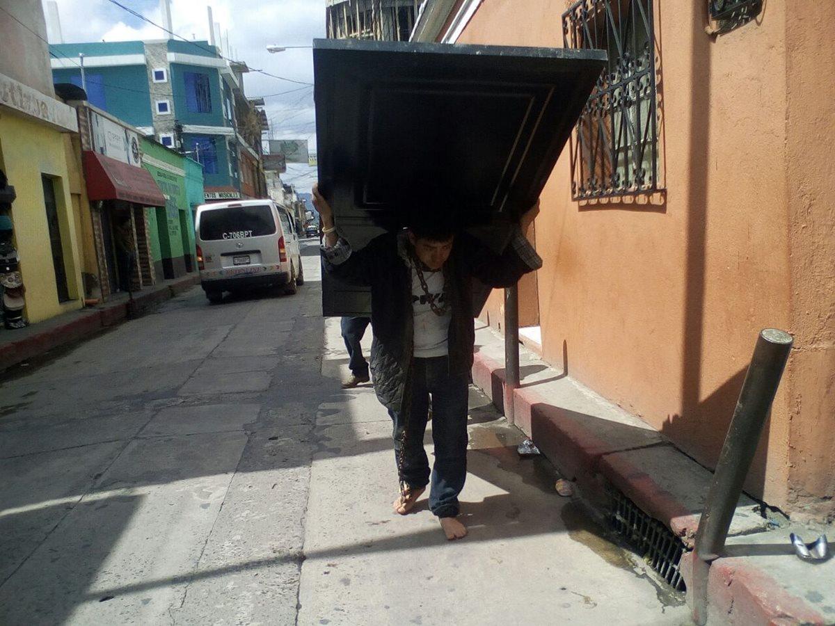 Andrés Rosales Zapeta es acusado de haberse robado una puerta. (Foto Prensa Libre: Héctor Cordero)