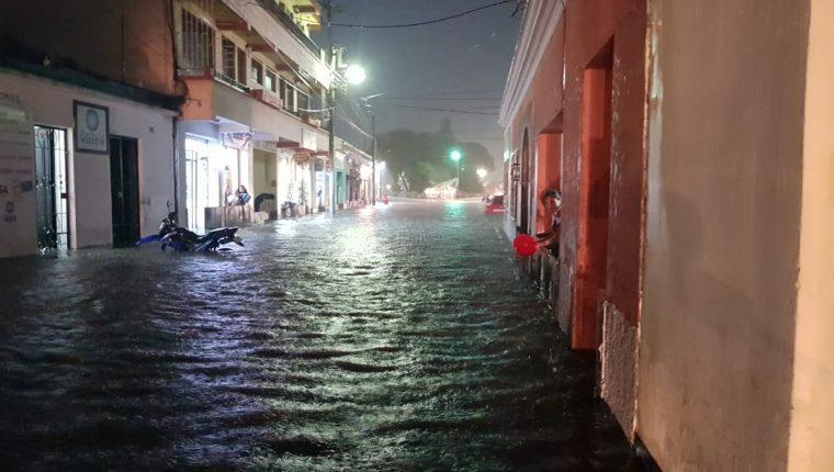 En la zona 1 de Xela el agua subió de nivel, por lo que varias calles quedaron anegadas. (Foto Prensa Libre: Cortesía Conred)