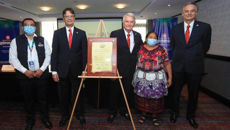 Durante el evento se develó el acta conmemorativa del 33 aniversario de Fundación Génesis Empresarial. Foto: Juan Diego González.