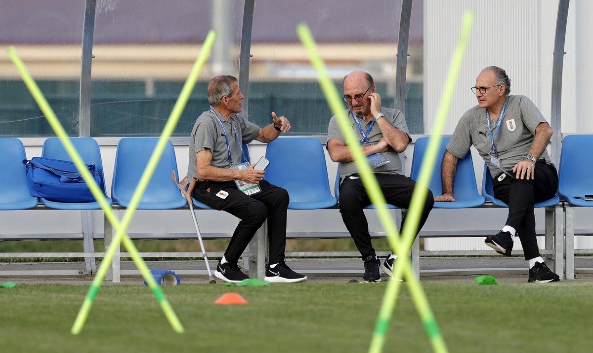 Óscar Tábarez (izquierda), entrenador de la Selección de Uruguay. (Foto Prensa Libre: EFE)