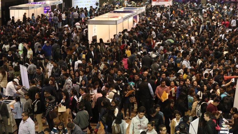 Masiva afluencia de personas se ha observado en ferias como la Clasiferia del Empleo de Prensa Libre en 2017, en busca de una oportunidad de trabajo. (Foto Prensa Libre: Esbin García)