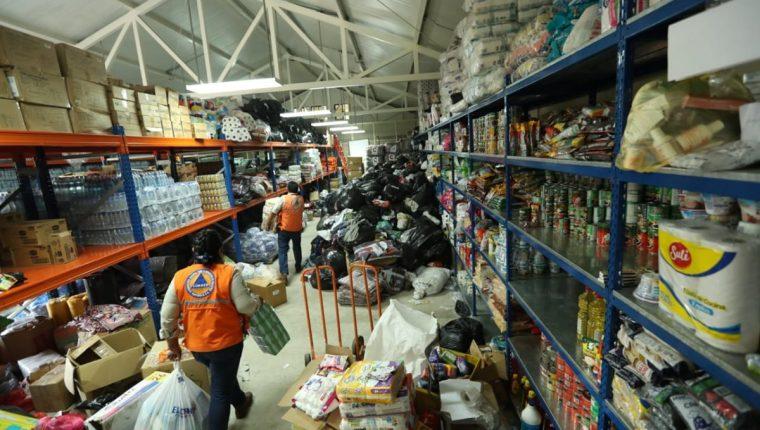 Esta es la tarea de la Conred en las bodegas que almacenan la ayuda para los damnificados. (Foto Prensa Libre: Esbin García)