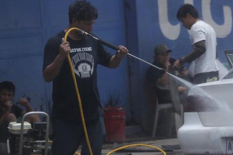 Varios negocios de lavado de vehículos funcionan en la vía pública, en diferentes zonas del área metropolitana.