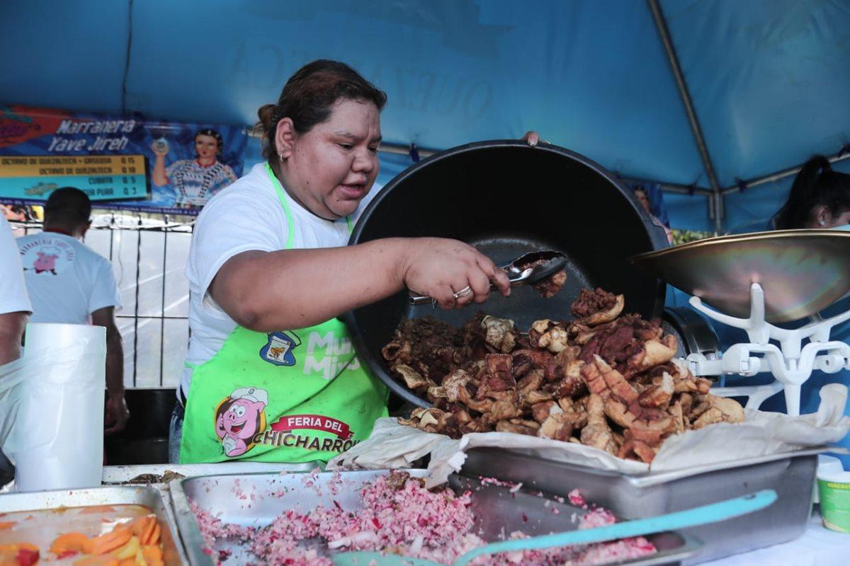 Una de las vendedoras de chicharrón que participa en la tercera Feria del Chicharrón en Mixco. (Foto Prensa Libre: Juan Diego González).