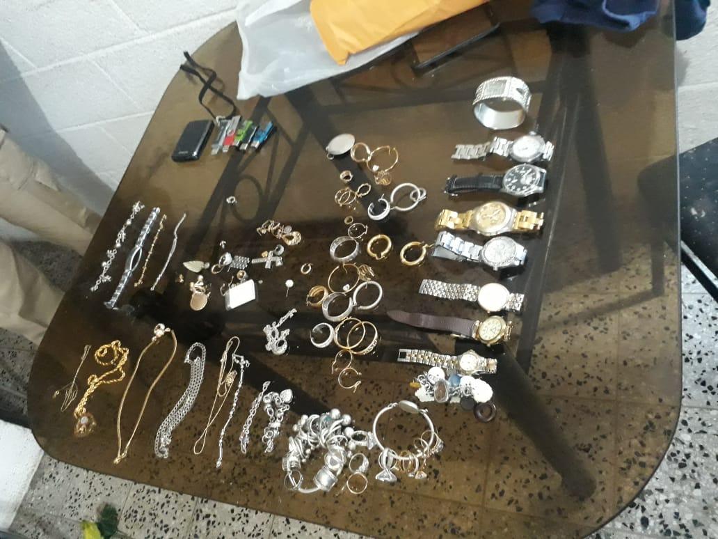 Estas son algunas de las pertenencias de turistas que fueron despojadas por los asaltantes. (Foto Prensa Libre: Hemeroteca PL)
