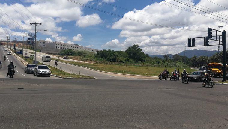 Vehículos provenientes de El Naranjo y Bosques de San Nicolás esperan que el semáforo ceda el paso para ir a Lo de Fuentes y Las Minervas. (Foto Prensa Libre: Edwin Pitán)