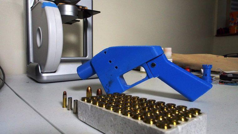 Una pistola Liberator junto a la impresora 3D en la que se fabricaron sus componentes en Hanover, Maryland, EE. UU. (Foto Prensa Libre:AFP)