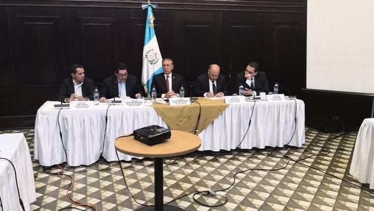 Los miembros de la Comisión Pesquisidora se reunieron este viernes en el Salón del Pueblo del Congreso. (Foto Prensa Libre: Carlos Álvarez)
