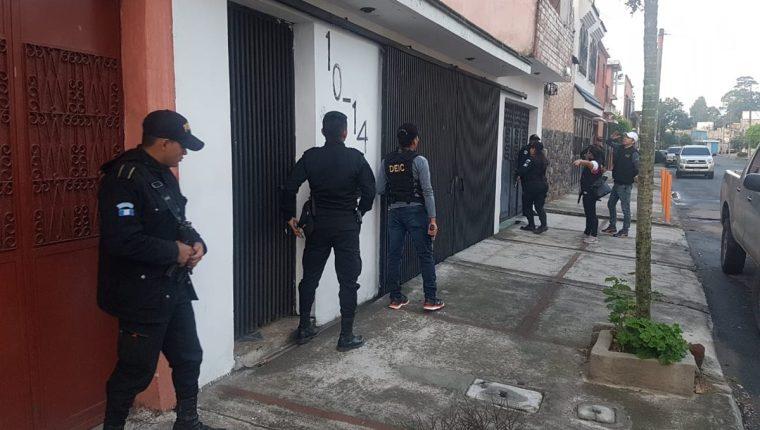 PNC participa en los cateos contra un grupo de extorsionistas. (Foto Prensa Libre: MP)