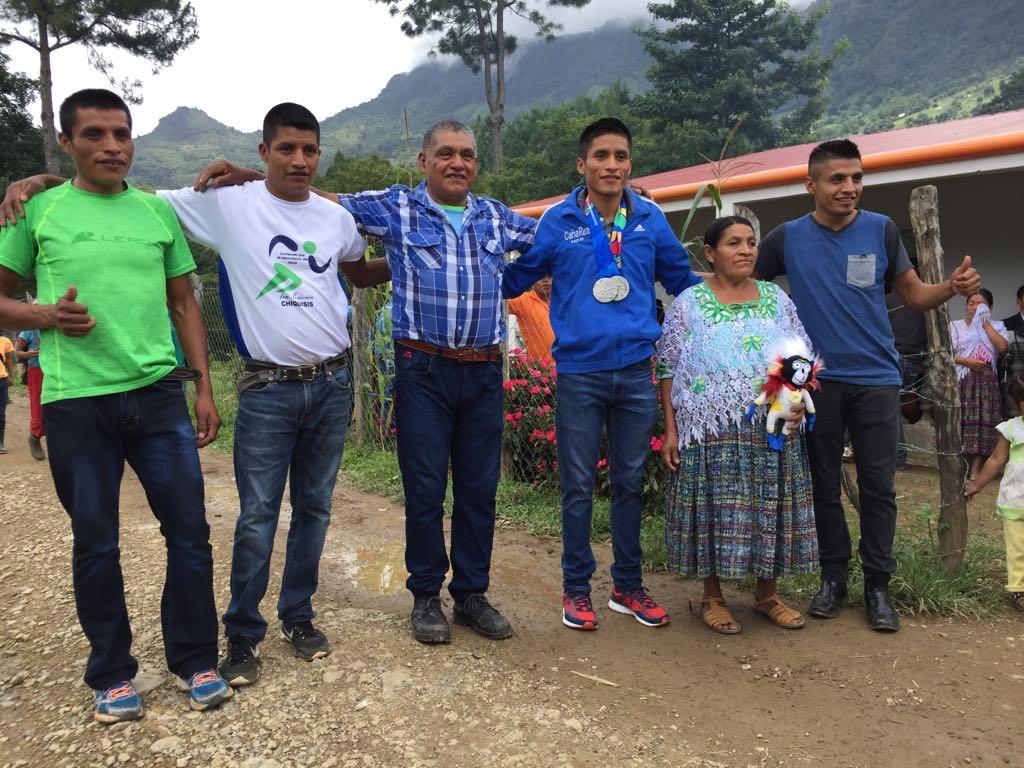Mario Pacay ganador de dos medallas de plata en los Juegos Centroamericanos y del Caribe, Barranquilla 2018 recibió el cariño de su familia. (Foto Prensa Libre: Cortesía La Red)
