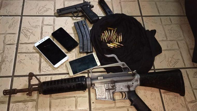 Fusil incautado a cuatro supuestos pandilleros en la colonia, El Milagro, zona 6 de Mixco.(Foto Prensa Libre: PNC)