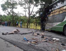 El choque entre el bus de transporte colectivo y el tráiler ocurrió durante la madrugada de este domingo. (Foto Prensa Libre: Dony Stewart)