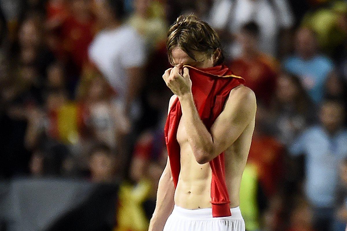 Luka Modric se lamenta al finalizar el partido España - Croacia que terminó en goleada 6 -0. (Foto Prensa Libre: AFP)