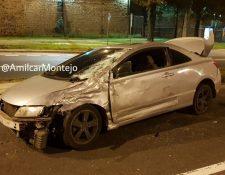 El carro que chocó contra el motorista en El Periférico quedó en contra de la vía. (Foto Prensa Libre: Amílcar Montejo)