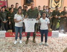 Madelyn Ventura -derecha- hizo entrega oficial de la camisola del equipo Zaragoza CFF al coronel, Jefe del Regimiento de España. (Foto Prensa Libre: Cortesía)