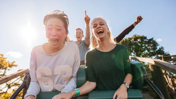 Montar en montaña rusa puede ayudar a eliminar las dolorosas piedras renales. Pero es mejor sentarse en la parte trasera, según uno de los estudios premiados en los Ig Nobel (Foto Prensa Libre: GETTY IMAGES).