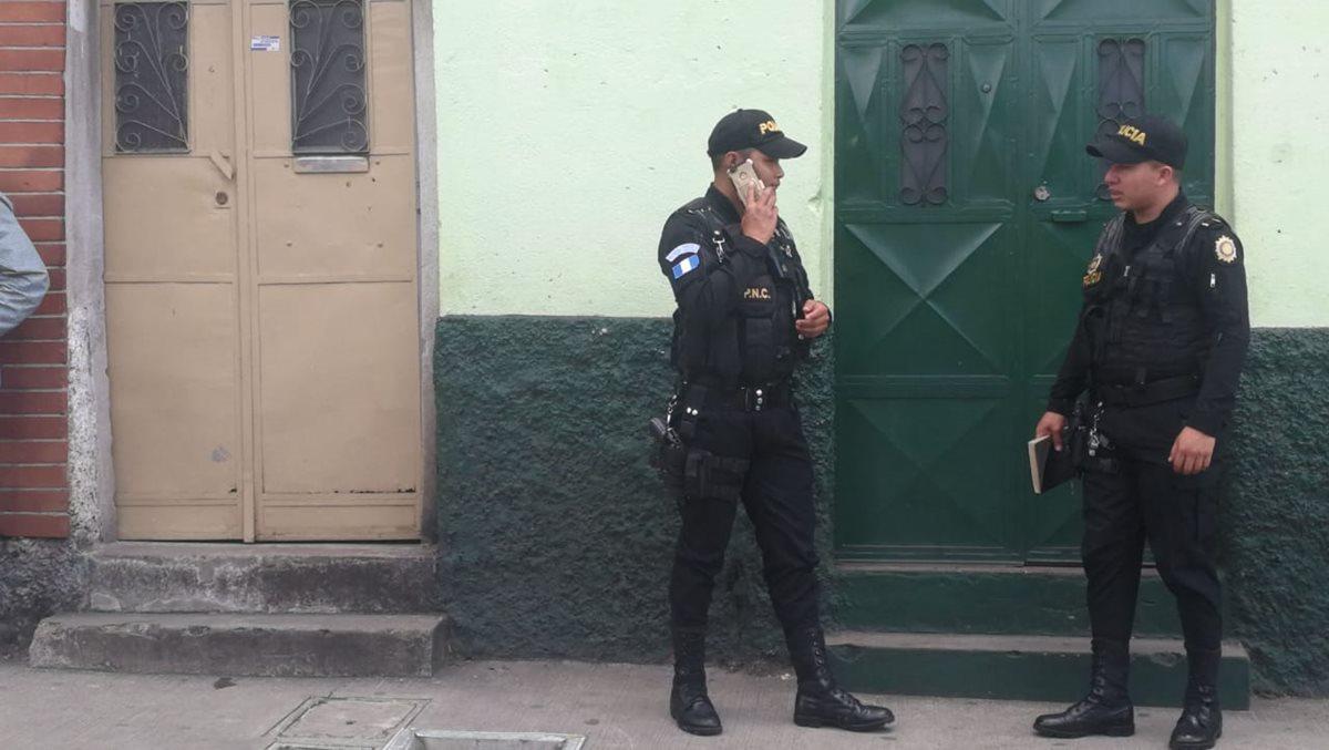 Autoridades de la PNC frente al domicilio de la menor (Foto Prensa Libre: Erick Ávila)