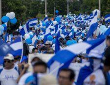 La protesta opositora de este domingo se realizó un día después de que miles de seguidores del gobierno marcharon en la capital para apoyar al gobierno Ortega. (Foto Prensa Libre: EFE)