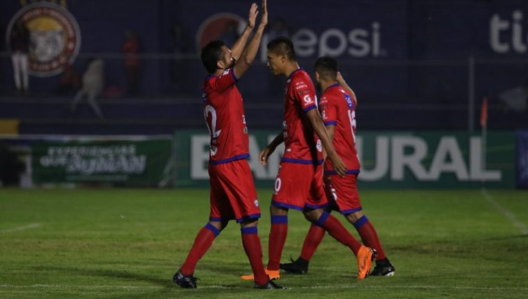 Carlos Kamiani Félix anotó un doblete para la remontada de Xelajú MC contra Petapa. (Foto Prensa Libre: Raúl Juárez)