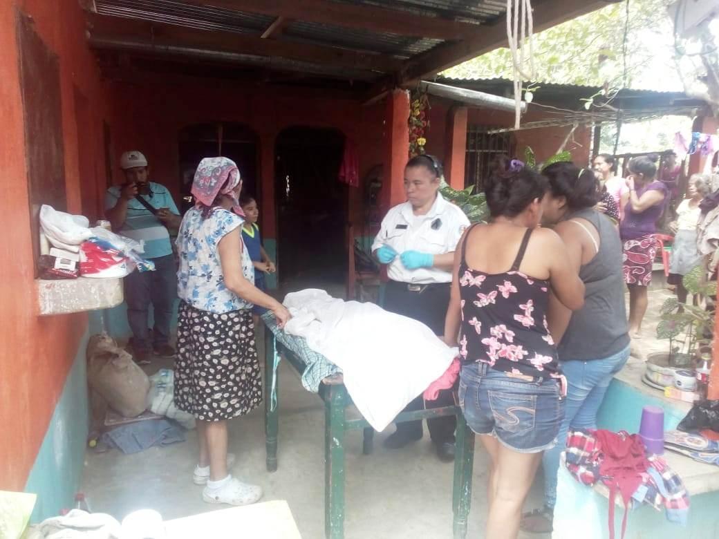 Familiares lamentan la muerte de Jani Yamilet Aldana, en Zacapa. (Foto Prensa Libre: Mario Morales).