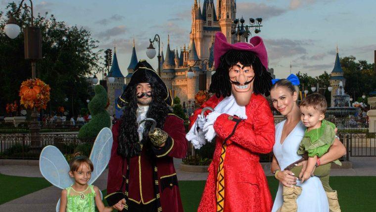 El cantante Luis Fonsi se disfraza del Capitán Garfio, personaje de Peter Pan, durante un viaje familiar a Disney. (Foto Prensa Libre: cortesía)