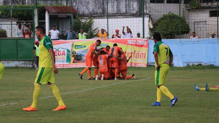 Los jugadores de Siquinalá festejan contra Chiantla. (Foto Prensa Libre: Carlos Enrique Paredes)
