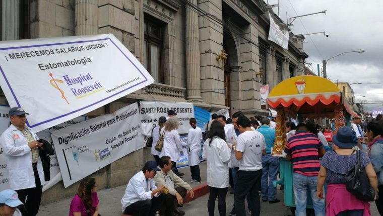 Los médicos que han pasado varios días fuera del Congreso esperan la aprobación del presupuesto. (Foto Prensa Libre: Erick Ávila)