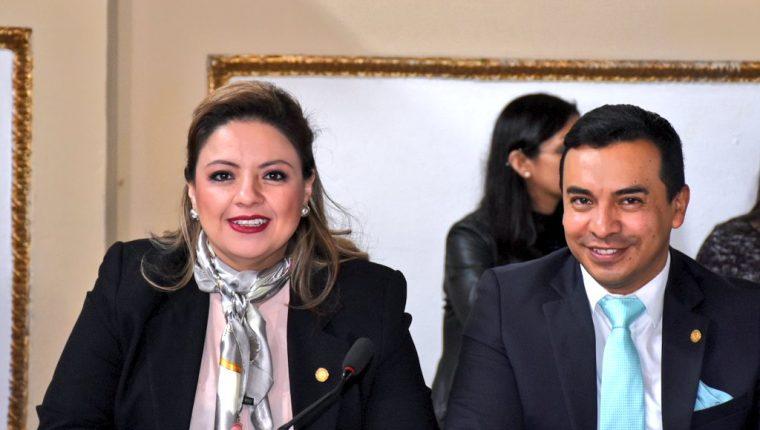 La canciller Sandra Jovel junto a su viceministro Pablo García Saenz, durante una citación de trabajo en el Congreso. (Foto Prensa Libre: Minex)