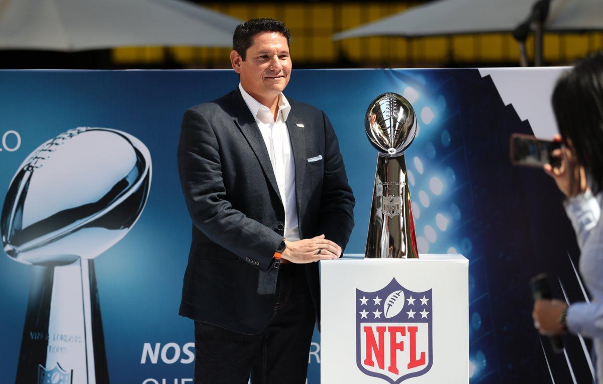 Chendo Chavarría, directivo de Visa Guatemala, muestra el trofeo de la NFL, que será entregado al próximo campeón. (Foto Prensa Libre: Francisco Sánchez).