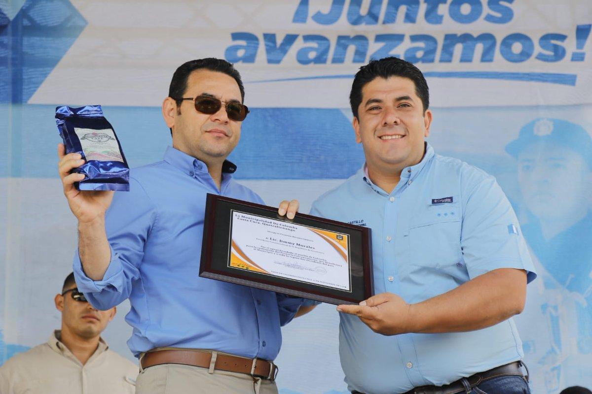 El presidente Jimmy Morales junto con el alcalde de Colomba Costa Cuca, Isildro Castillo, durante la inauguración de un tramo carretero. (Foto Prensa Libre: Twitter)