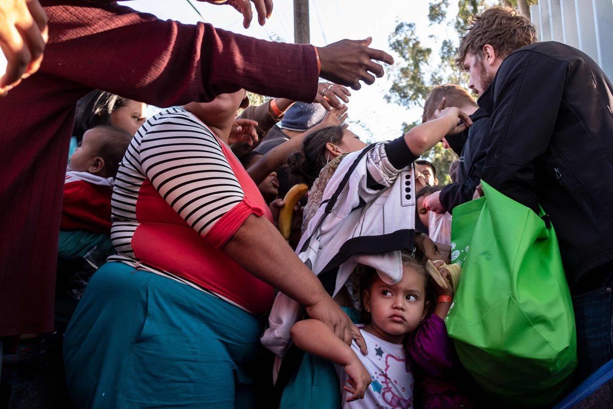 Cientos de migranes hondureños buscan ingresar a Estados Unidos. (Foto Prensa Libre: AFP)