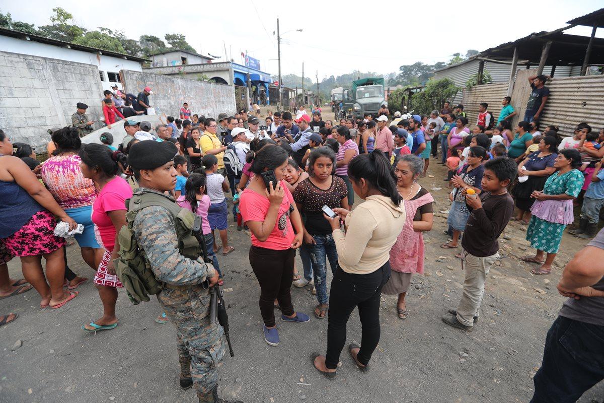 Autoridades tratan de evacuar a personas