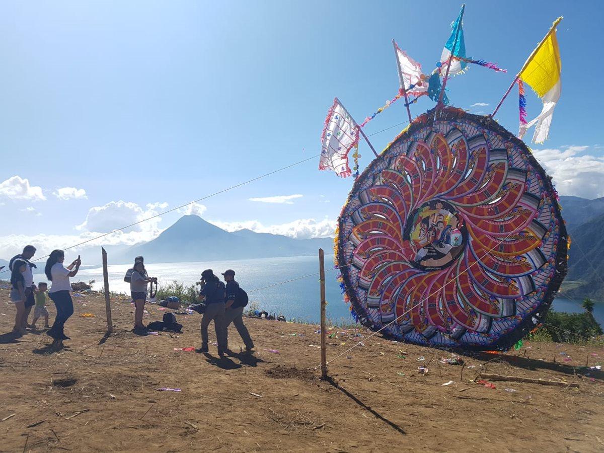 Barriletes de Sumpango vuelan en Atitlán