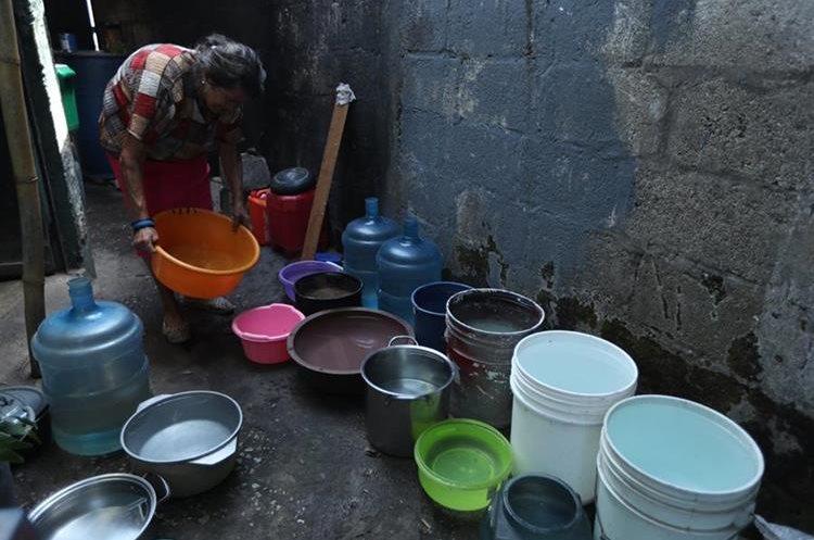 Vecinos de la colonia Atlántida, zona 18, racionan la poca agua que llega a sus hogares.
