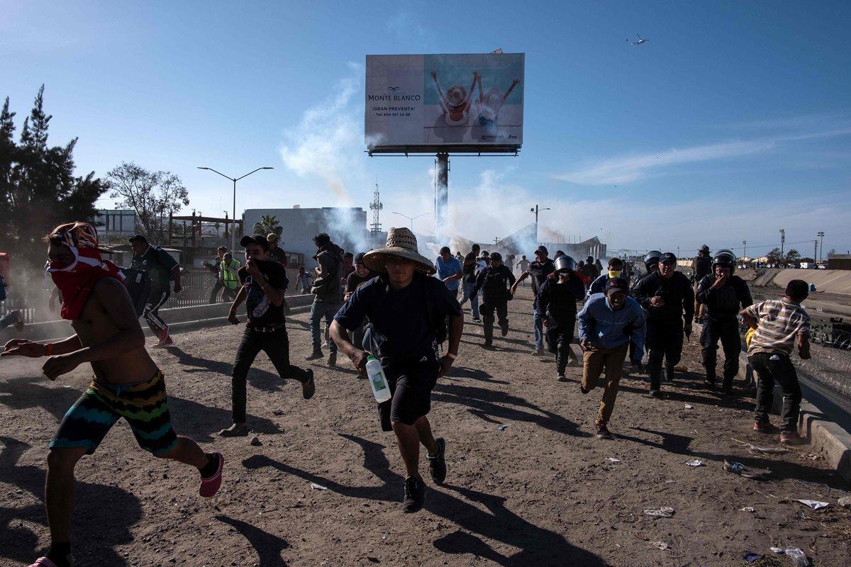 Migrantes intentan cruzar frontera con EE. UU.