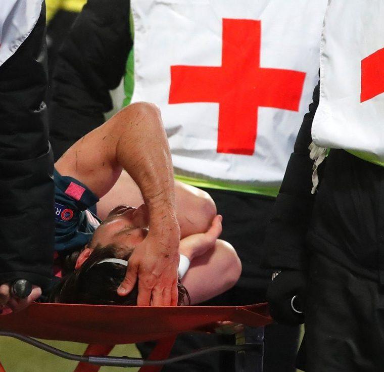 El lateral izquierdo abandonó el terreno de juego en el minuto 63 en camilla con claros síntomas de dolor tras intentar salvar un gol. (Foto Prensa Libre: EFE)