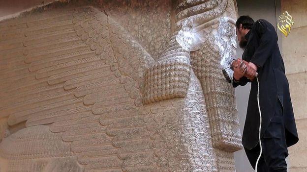 Los combatientes del Estado Islámico desfiguraron una antigua estatua de un Lamassu, una criatura mítica que custodiaba las entradas de los palacios asirios. ISLAMIC STATE GROUP PROPAGANDA VIDEO