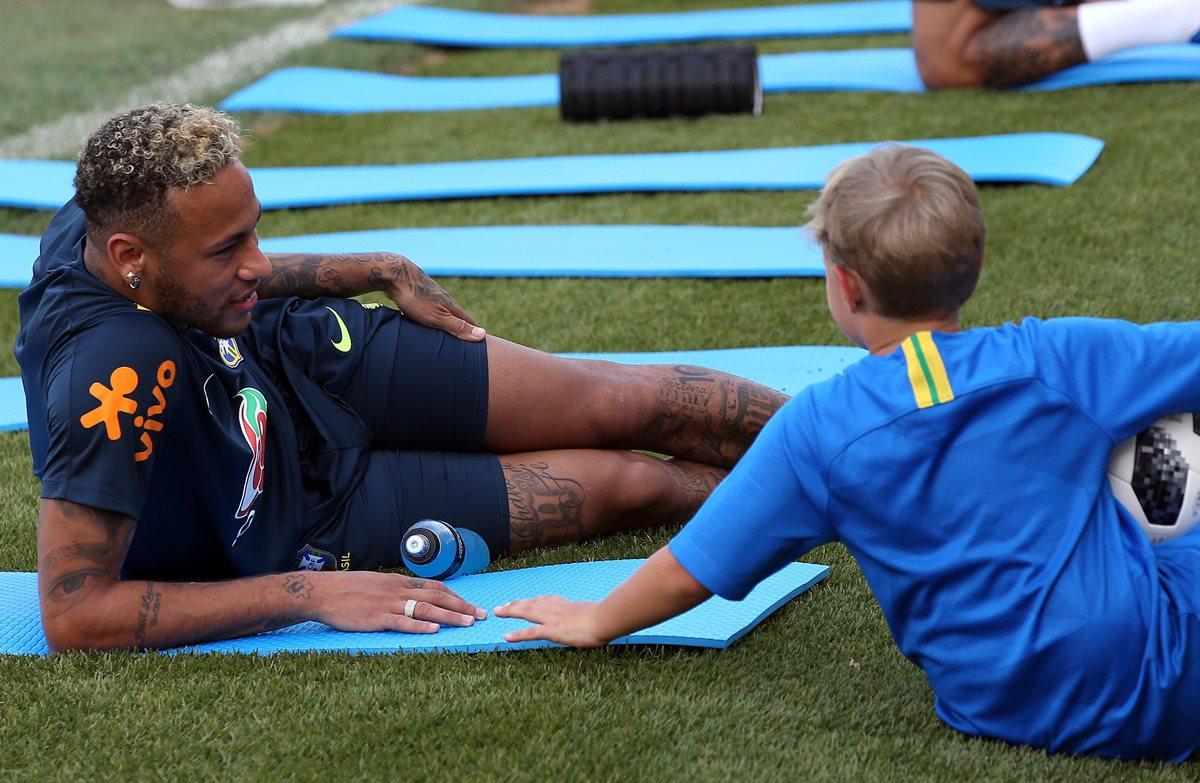 Lucca presenció todo el entrenamiento de Brasil y luego jugó con su padre. (Foto Prensa Libre: EFE)
