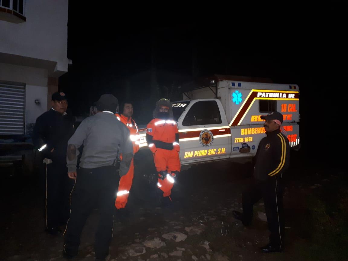 La patrulla de los Bomberos Voluntarios acudió al volcán Tajumulco, San Marcos, para rescatar a turistas. (Foto Prensa Libre: Whitmer Barrera)