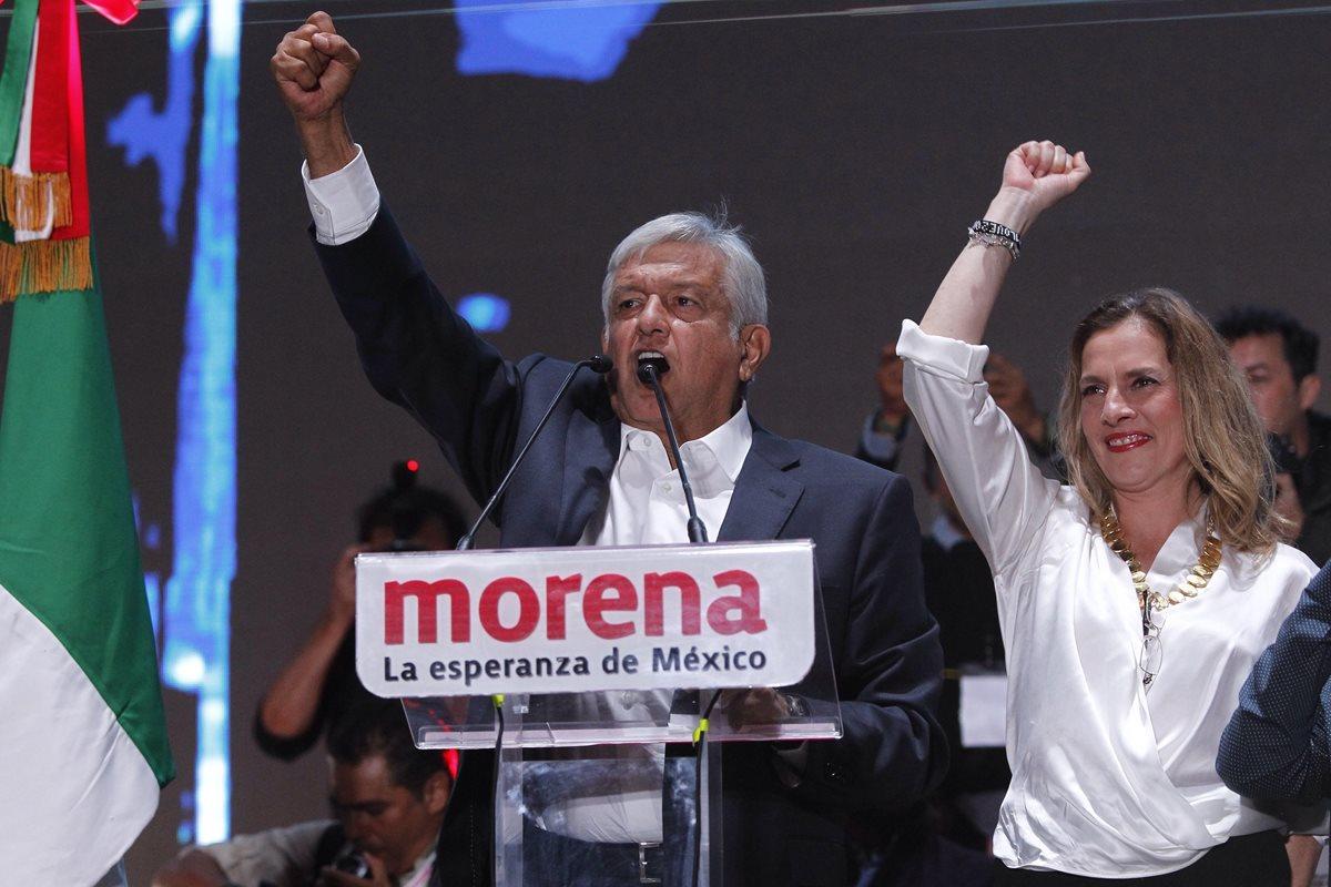 Andrés Manuel López Obrador juntoA su esposa Beatriz Gutiérrez Müller da un discurso en la Plaza de la Constitución tras conocer su triunfo. (EFE)
