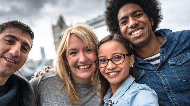 En las grandes ciudades la convivencia con gente de otras culturas facilita el aprendizaje de una lengua distinta a la materna o a la local. (GETTY IMAGES)