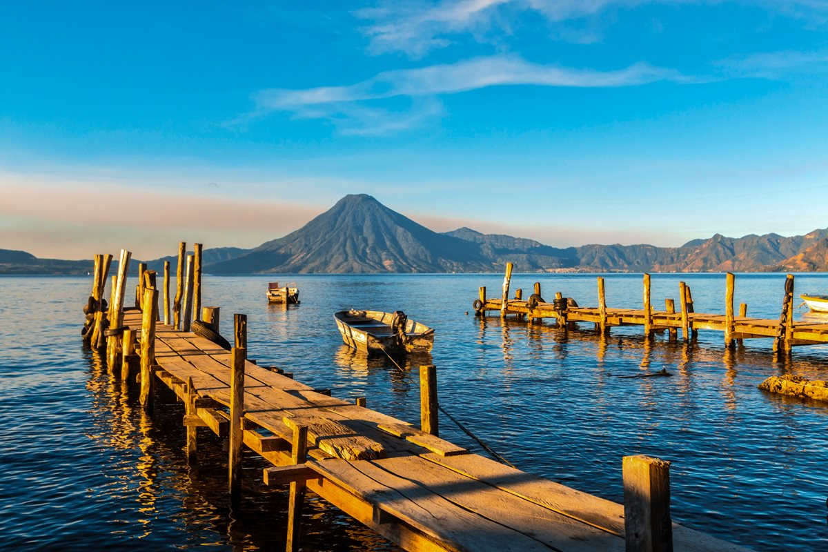 El Lago de Atitlán se ubica a 1,600 msnm, tiene una longitud de 18 km. y una profundidad superior a los 350 m.