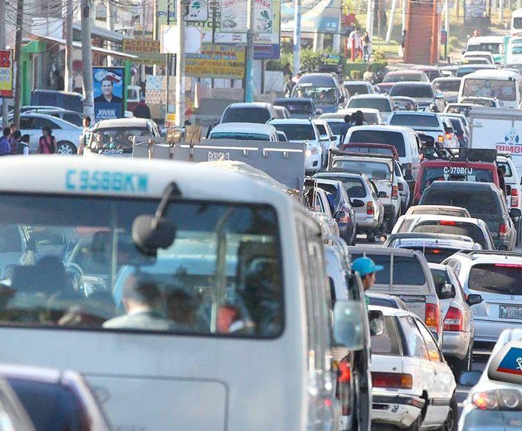 La Avenida Las Américas es un punto que tendrá refuerzo de agentes de la PMTQ debido a que es una zona de comercio. (Foto Prensa Libre: Raúl Juárez)