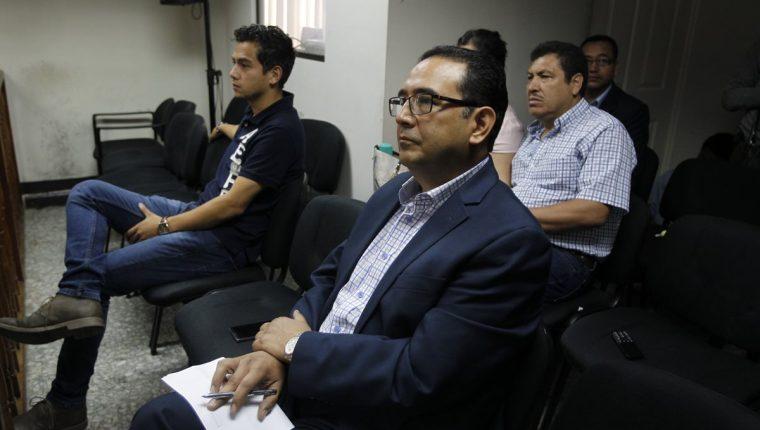 Samuel Morales durante una de las audiencias del caso Botín Registro de la Propiedad. Al fondo, el hijo del presidente José Manuel, también sindicado en el caso. (Foto Prensa Libre: Hemeroteca PL).
