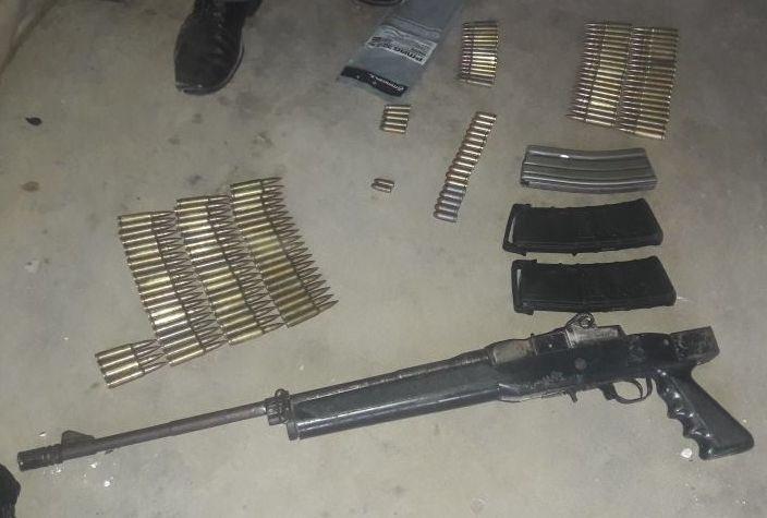 Un fusil fue localizado por las fuerzas de seguridad durante allanamientos en Chimaltenango. (Foto Prensa Libre: PNC)