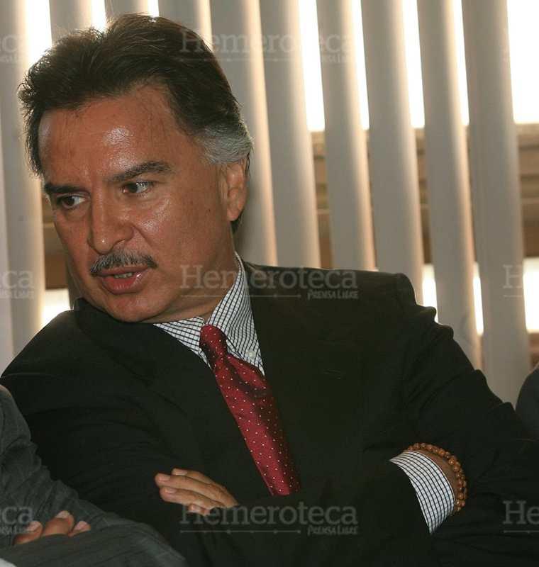 Alfonso Portillo, ex presidente de Guatemala, en compañía de su abogado defensor Telésforo Guerra espera el inicio de la primer audiencia en el juicio en su contra por varios delitos, incluido peculado, el 19/1/2011. (Foto: Hemeroteca PL)